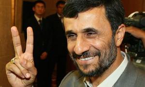 Mahmoud Ahmadinejad pozdrawia fanów
